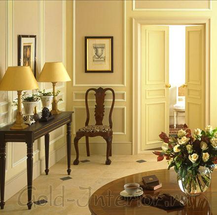 Абрикосовые стены и коричневая мебель