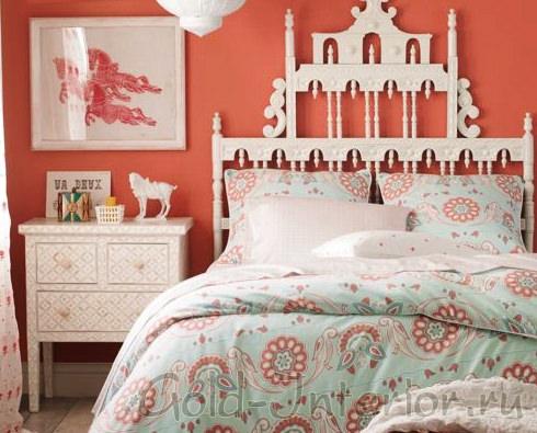 Спальня с нежно-алыми стенами