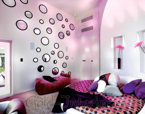 Ассиметричные зеркала круглой формы в интерьере спальни