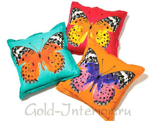 Бабочки всех цветов радуги на подушках