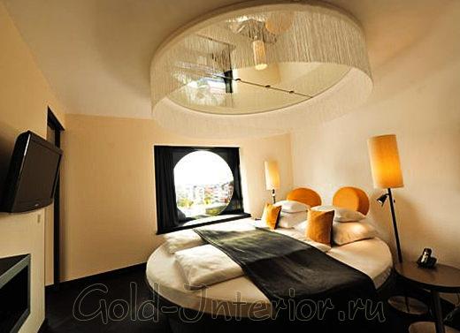 Балдахин на потолке с круглым зеркалом