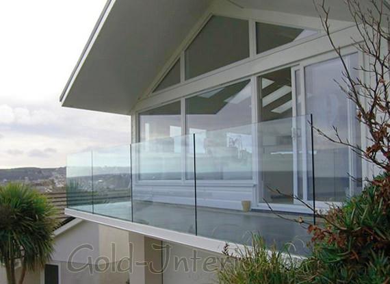 Балкон в интерьере дома со стеклянным ограждением