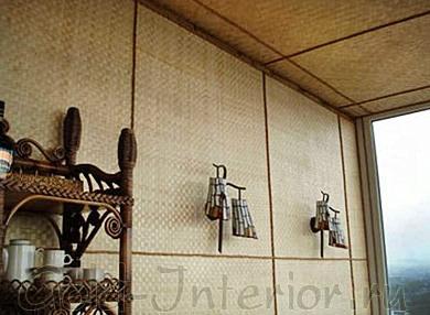 Бамбуковые обои на стенах и потолке в интерьере кухни