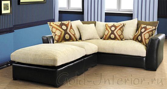Бежевая обивка у мягкого углового дивана