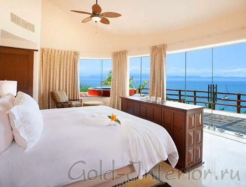 Бежевая спальня с роскошным видом на голубое море