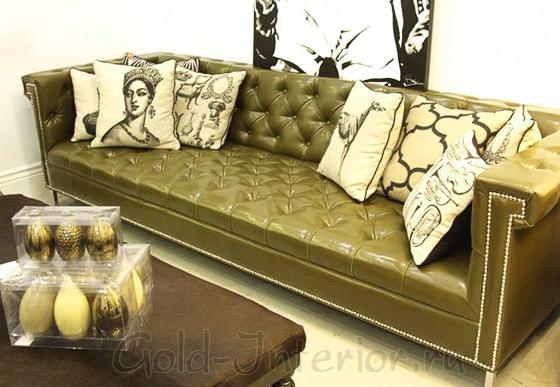 Бежевые и карамельные подушки на оливковом диване