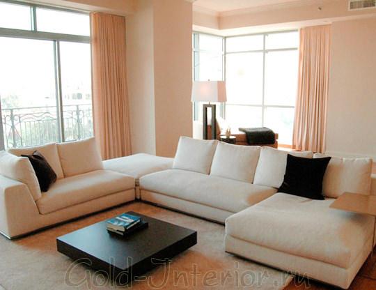Бежевый диван и шторы розовато-пудрового оттенка