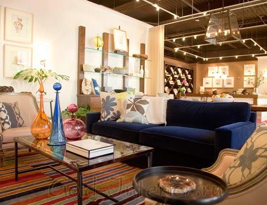 Бежевый интерьер с синим диваном