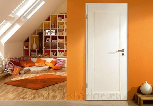 Белая дверь + оранжевые стены