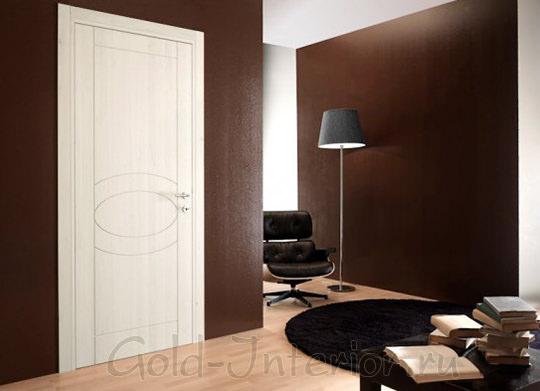 Белая дверь + стены шоколадного оттенка