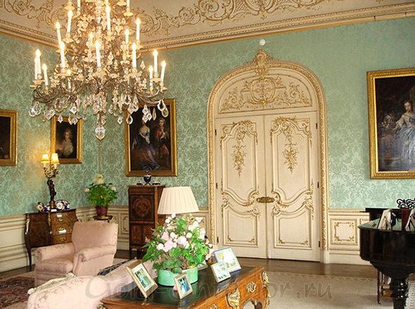 Белая дверь с позолотой в классическом интерьере