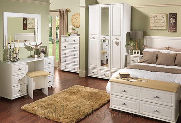 Белая корпусная мебель в спальне