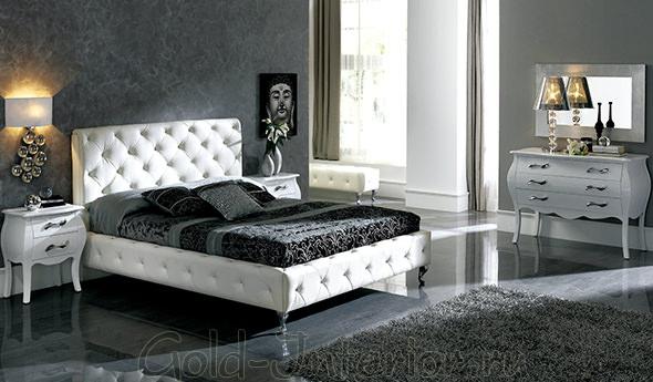 Белая кровать с чёрным матрасом