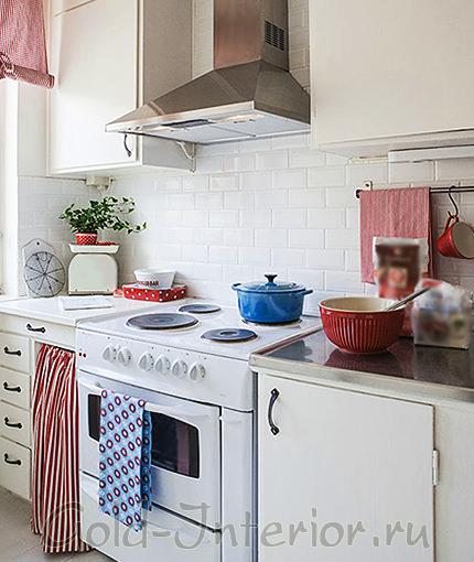 Белая кухня и яркие аксессуары