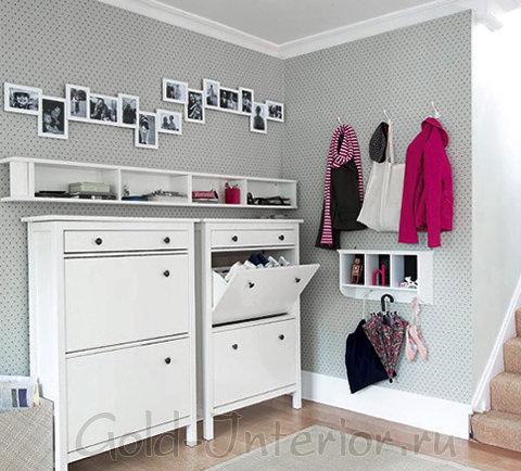 Белая мебель + светлые серые стены в крапинку в интерьере коридора