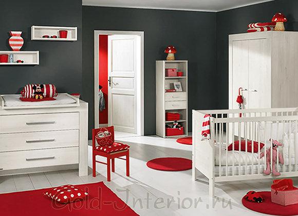 Белая мебель и красные аксессуары в комнате новорождённого ребёнка