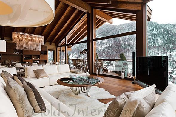 Белая мягкая мебель в гостиной-шале