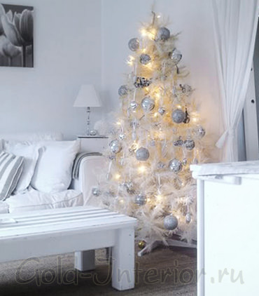 Белая новогодняя ёлка в белом интерьере