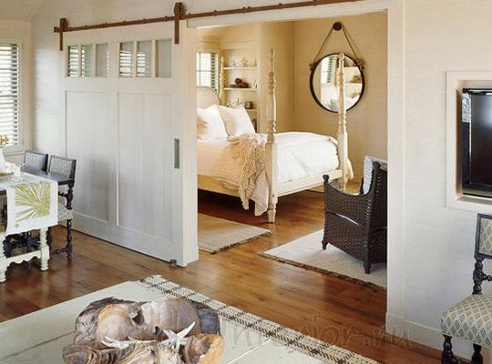 Белая раздвижная дверь в интерьере спальни
