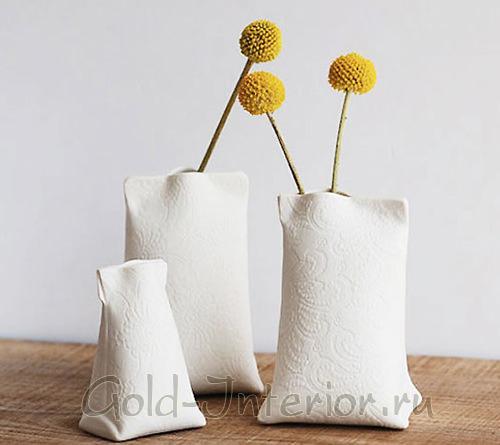 Белая ваза с еле заметной фактурой