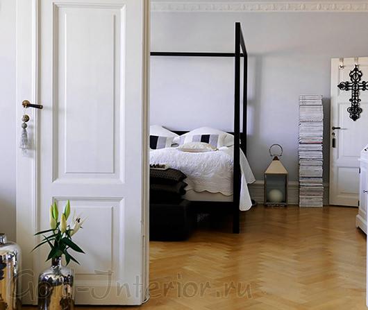 Белые двери и предметы интерьера чёрного цвета