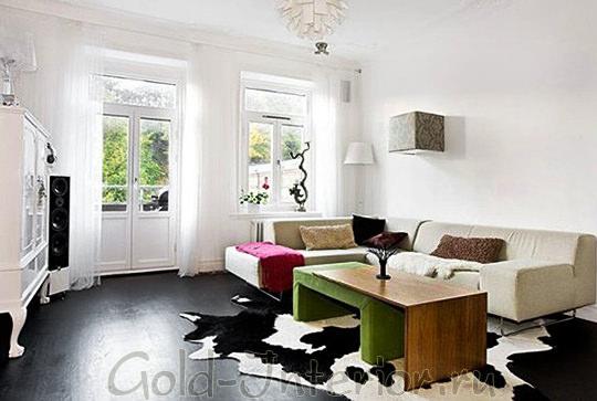 Белые обои + тёмно-серый пол в гостиной
