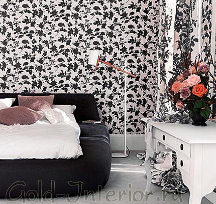 Белые обои в чёрный цветочек в спальне