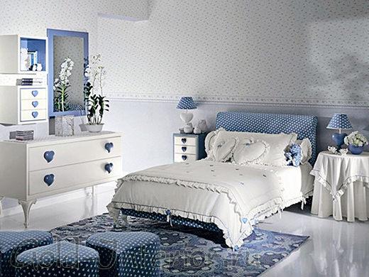 Белые обои в мелкий цветочек в интерьере спальни