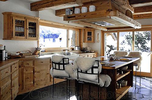 Белые шкуры-накидки на высоких кухонных стульях
