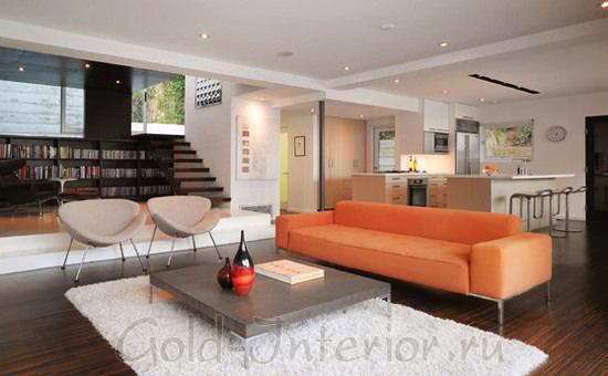 Белые стены и ковёр + оранжевый диван
