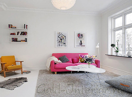 Белые стены, пол и потолок + серый ковёр + розовый диван