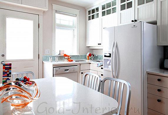 Белые стены, потолок, гарнитур и мебель в интерьере кухни