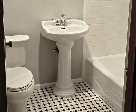 Белый цвет + шахматная клетка в дизайне совмещённой ванной с туалетом