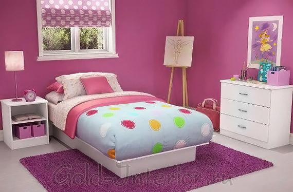 Белый детский гарнитур в спальне на фоне ярко-розовых стен