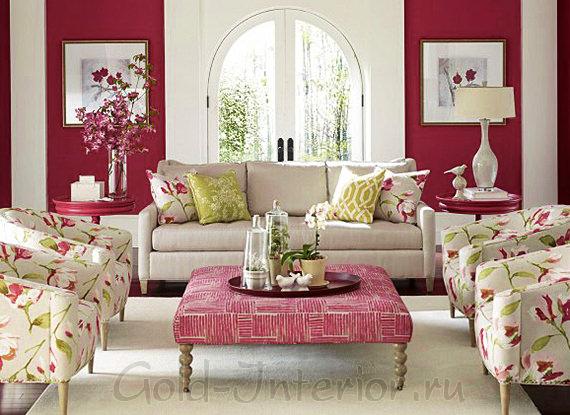 Белый диван и тёмно-розовые стены