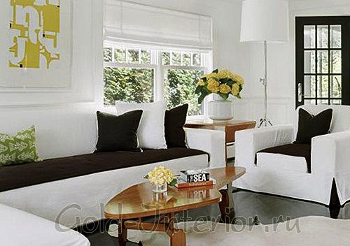 Белый диван с чёрными чехлами