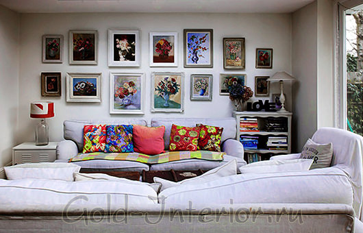 Белый диван с яркими разноцветными подушками