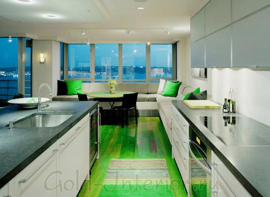 Белый диван в ярком интерьере кухни