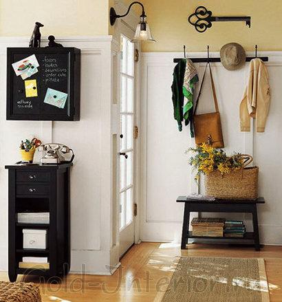 Бело-жёлтый фон с тёмно-коричневой мебелью и светлым полом