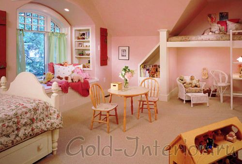 Бледно-розовый и белый цвет в детской для девочек