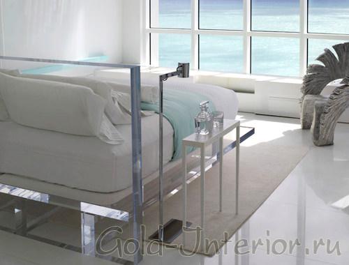 Белый и стеклянный интерьер с видом на бездонные горизонты моря