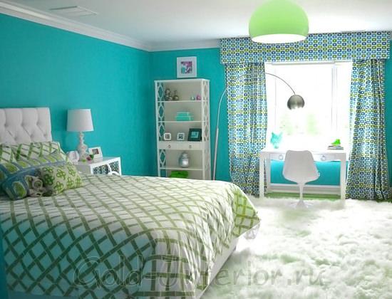 Белый пушистый ковёр в голубой спальне