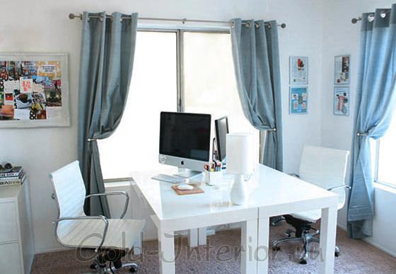 Белый стол, стулья и тумба в белом интерьере кабинета