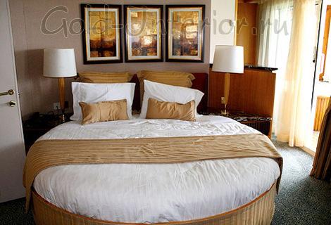 Бело-бежевая круглая спальная кровать