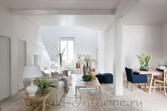 Белоснежный интерьер идеально дополнен яркими искусственными цветами