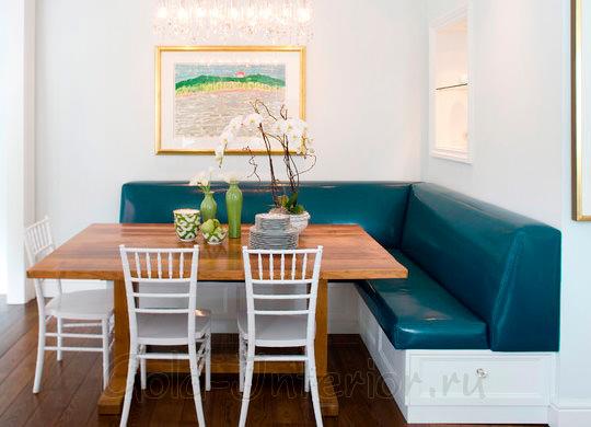 У кухонного дивана - бирюзовая кожаная обивка и белый деревянный каркас