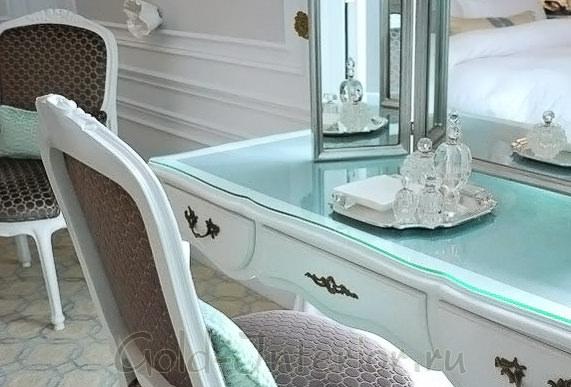 Бирюзовый цвет в декорировании туалетного столика