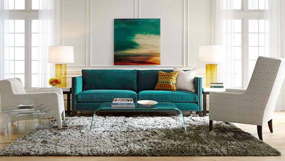 Бирюзовый диван + жёлтые аксессуары в интерьере гостиной