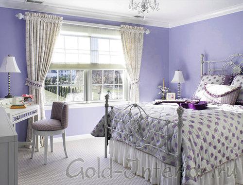 Бледно-фиолетовые стены в белом интерьере спальни