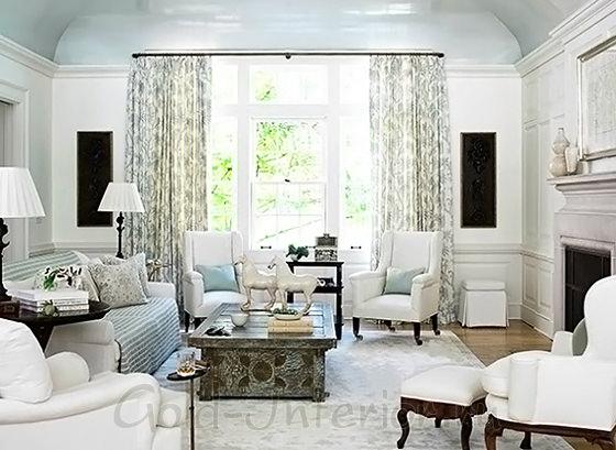 Бледно-голубой диван в белом интерьере